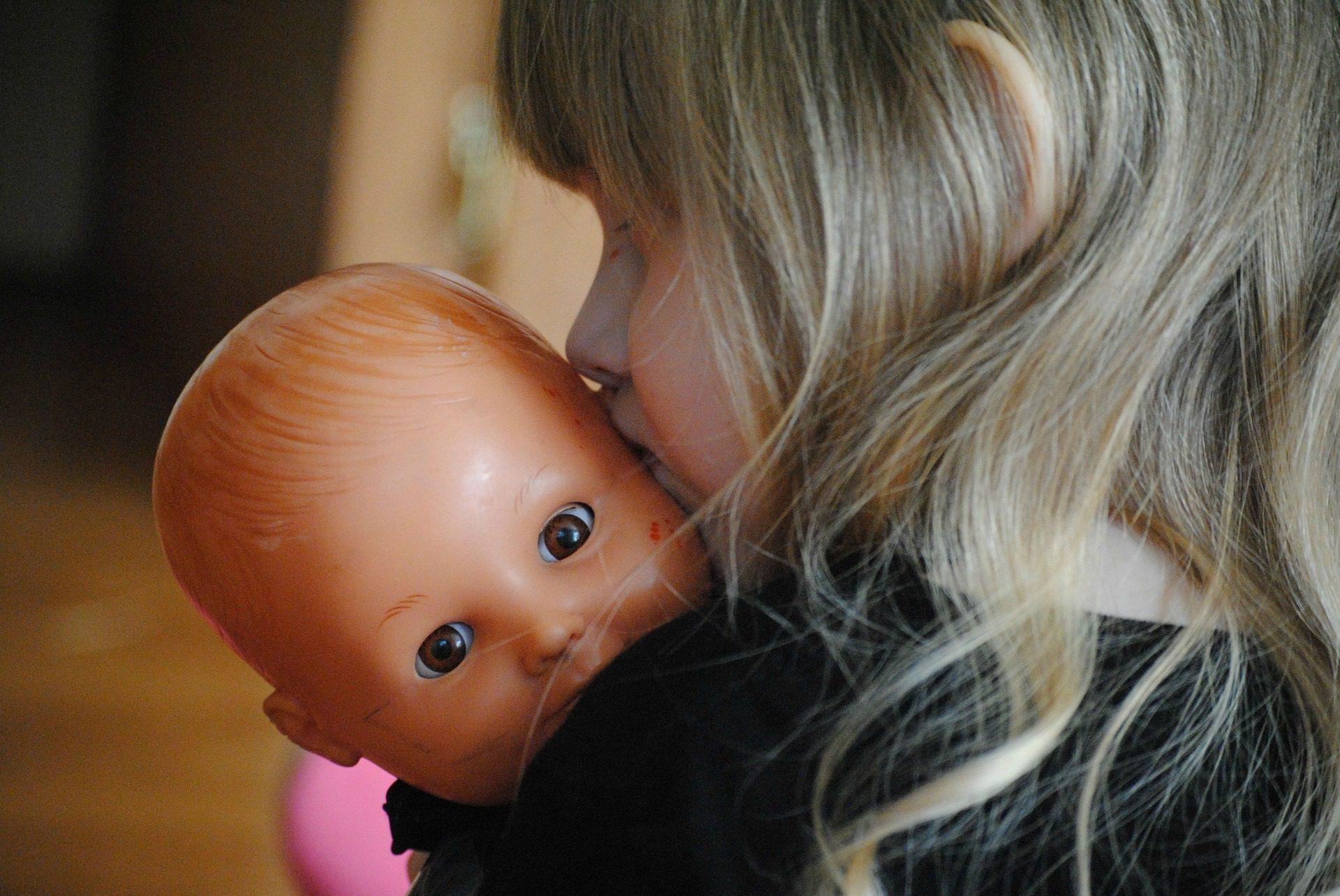 Baby news: A sua filha pega os bonecos ao colo do lado esquerdo, ou direito? Isso diz muito acerca  dela…