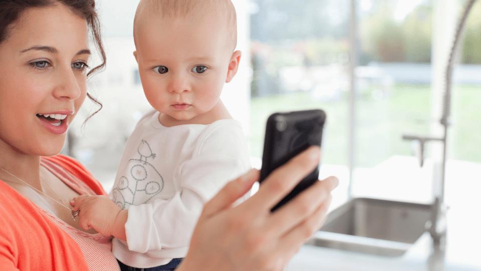 Sabia que a exposição a ecrãs tem um impacto negativo no desenvolvimento cerebral dos bebés?